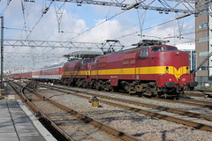 E-loc 1251 en 1254(Amsterdam Centraal 22-2-2015) (Ronnie Venhorst) Tags: railroad station amsterdam train canon deutschland eos rebel ns d dr eisenbahn rail railway zug bahnhof railwaystation 1200 cs express t3 alpen bahn trein 1254 spoor duitsland centraal 1100 spoorwegen 1251 spoorweg 2015 rijtuig expres eetc rijtuigen goederentrein 1100d materieel wintersporttrein eos1100d spoormaterieel eos1100