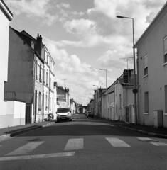 street (Greg.photographie) Tags: mamiya c220 sekor 80mm f28 film analog foma 400 ilford id11 noiretblanc bw blackandwhite moyenformat 6x6 mediumformat rue street tours