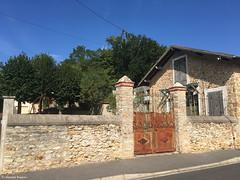 une maison© (alexandrarougeron) Tags: volet arbre portail façade pierre style urbain pavillon
