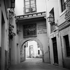 Film: Portal de Valldigna (rafa.esteve) Tags: ilfordfp4plus125 film street streetphotography blackandwhite blackwhite valencia architecture mediumformat 1x1