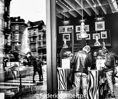 Dedans et Dehors (Federico Alberto) Tags: brussels bruselas bruxelles be belgium blgica belgique bw nb bn robadas textura texture olympus penf lumix17mm panasonic lumix 17mm f17 asph nophotoshop taschen librera livrarie bookstore reflejo adentro afuera inside outside reflection