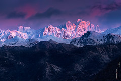Alpenglow en Torrecerredo (Roberto Graa) Tags: sunset snow mountains atardecer nieve asturias montaas alpenglow picosdeeuropa cangasdeonis cabrones torrecerredo macizocentral urrieles segenco resplandoralpino neverndelurriellu