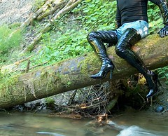IM005289 (hymerwaders) Tags: wet river high boots thigh fluss overknee lack nass patent stiefel
