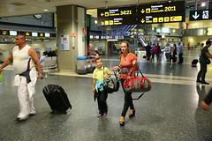 Hurry to check-in (schermpeter42) Tags: valencia airport streetphotography aeropuerto spanje passagiers vliegveldvalencia