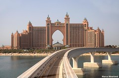Monorail naar Atlantis (Marco Moerland) Tags: architecture hotel dubai united palm insel atlantis emirates arab monorail isle architectuur jume