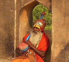 INDIEN, india - historisches Orchha, Musikant , 14121/6968 (roba66) Tags: indien indiennord asien asia india inde northernindia urlaub reisen travel explore voyages visit tourism roba66 madhya pradesh orchha tikamgarh jahangir jehangir palast fort rajamahal palace man mann people old alter indian culture musicant musiker textur texture effecte