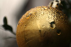 Christmas ball (blondinrikard) Tags: christmas detail macro water closeup ball göteborg gold drops december gothenburg decoration guld kula christmasball 31december 2014 majorna droppar kondens julgranskula condenced