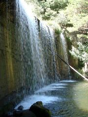 Cayendo con gran caudal. (margabel2010) Tags: cascadas cascada presas presa agua aguadulce aguafluvial piedras cemento pared airelibre estanque espuma rboles sierra guadarrama blanco blancoyverde