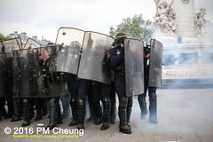 Manifestation pour l'abrogation de la loi Travail - 15.09.2016 - Paris - IMG_8252 (PM Cheung) Tags: loitravail paris frankreich proteste mobilisationénorme cgt sncf euro2016 demonstration manifestationpourlabrogationdelaloitravail blockaden 2016 demo mengcheungpo gewerkschaftsprotest tränengas confédérationgénéraledutravail arbeitsmarktreform lesboches nuitdebout antagonistischenblock pmcheung blockupy polizei crs facebookcompmcheungphotography polizeipräfektur krawalle ausschreitungen auseinandersetzungen compagniesrépublicainesdesécurité police landesweitegrosdemonstrationgegendiearbeitsmarktreform loitravail15092016 manif manifestation démosphère parisdebout soulevetoi labac bac françoishollande myriamelkhomri esplanadeinvalides manifestationnationaleàparis csgas manif15sept manif15 manif15septembre manifestationunitairecgt fo fsu solidaires unef unl fidl république abrogationdelaloitravail pertubetavillepourabrogerlaloitravaille