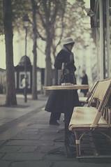 Happy Friday! (Graella) Tags: francia france pars people gente urban street seora woman otoo autumn tardor