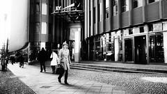 Berlin, Friedrichstraße (kohlmann.sascha) Tags: street people blackandwhite bw woman building berlin blancoynegro monochrome deutschland donna traffic noiretblanc pavement femme mulher streetphotography technik menschen sidewalk monochrom frau schwarzweiss technique verkehr gebäude biancoenero mensch bürgersteig 女人 女子 schwarzweis streetfotografie laseñora strasenfotografie же́нщина фра́у