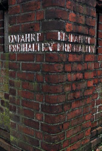 "Einfahrt freihalten • <a style=""font-size:0.8em;"" href=""http://www.flickr.com/photos/69570948@N04/16554883699/"" target=""_blank"">View on Flickr</a>"