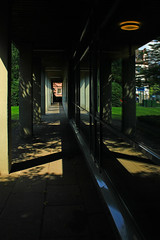 Pfeilerkolonnade (Rdiger Stehn) Tags: pfeiler kolonnade fenster glas spiegelung reflection schatten bauwerk profanbau europa mitteleuropa deutschland germany norddeutschland schleswigholstein kiel kielwik gebude architektur