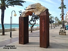 ES-07550 Cala Millor (Mallorca) Pedro Flores Arc de Triomf im Juli 2016 (Joerg Seidel) Tags: calamillor sonservera mallorca majorca balearen pedroflorres skulptur art kunst