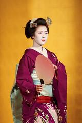 Maiko et Geiko (6) (romain_castellani) Tags: d750 japon japan kyto kyoto portrait spectacle geisha maiko geiko people art face visage tradition danse dance musique music femme woman ventail or gold maquillage makeup kimono personnes intrieur tamron70300mmf456 handfan handheldfan c1 nikon