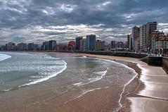 Gijn (ccc.39) Tags: asturias gijn cantbrico sanlorenzo playa ciudad edificios fachadas nubes nublado arena reflejos agua mar orilla olas urbano