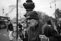 Bier To Go (Christian Schirrmacher) Tags: street berlin nikon 28mm streetphotography streetphoto d800 nikkor28mm streetkudammkurfürstendammberlin