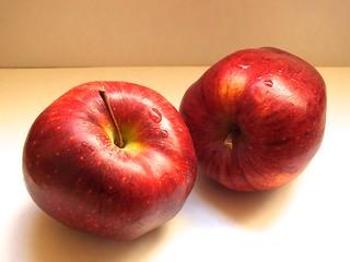 Dos manzanas rojas - red apples ..................176D