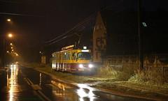 Avond bij het eindpunt (Maurits van den Toorn) Tags: tram tramway strassenbahn tranvia villamos streetcar elctrico dwag duewag articulated gelenkwagen avond evening abend night regen rain ludwigshafen lodz ozorkw interurban
