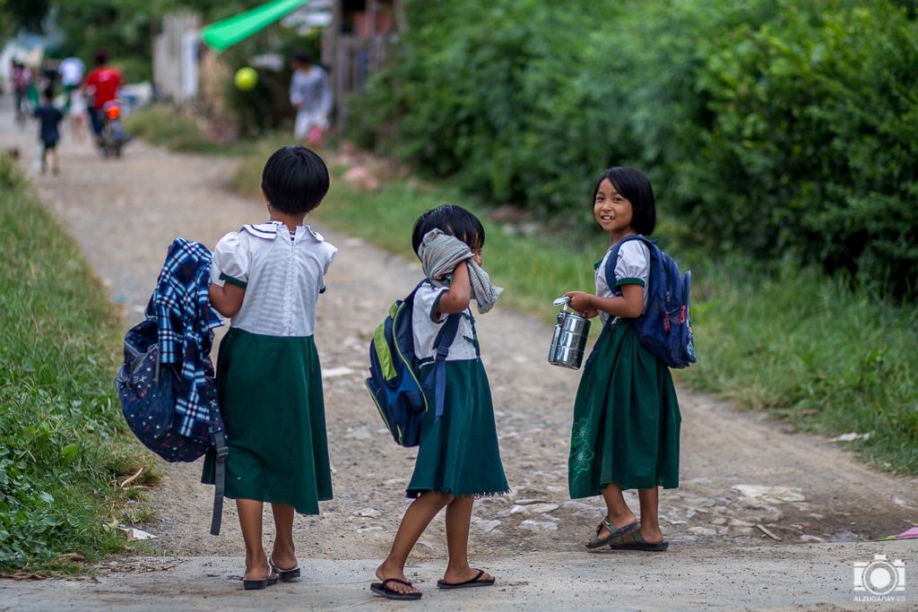 Niñas a la salida del colegio en Nyaungshwe (Myanmar)