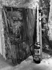 el guardian (puesyomismo) Tags: door wood old red brown white black rot blanco broken window stone wall rouge ventana pared fire rojo puerta madera noir alt pierre fenster wand nail negro guard porte braun fuego holz feuer mur marron viejo stein fireextinguisher fentre blanc wache tr schwarz garde nagel guardian brun guardia vieux roto feuerlscher extintor piedra clou cass clavo extincteur weis lefeu gebrochen wchter lebois letuteur