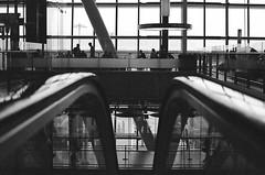 (XX-C-II-NI) Tags: canon noiretblanc ae1 argentique aéroport pellicule jugi minimalart fugi400proh