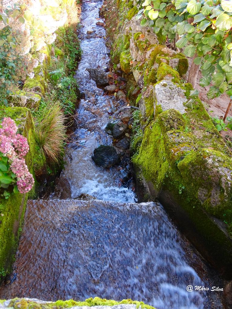 Águas Frias (Chaves) -  ... corre apressadamente a água na ribeira ...