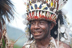 Cape Vogel smile (Sven Rudolf Jan) Tags: smile traditional papuanewguinea headdress alotau canoeandkundufestival
