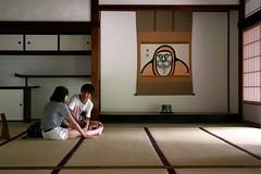 Arashiyama - Tenryu-ji (*maya*) Tags: boy girl japan temple kyoto couple buddhism arashiyama zen massage tatami kimono obi tradition giappone daruma coppia tenryuji tempio footmassage massaggio buddismo zentemple tempiozen