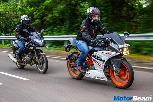 Bajaj-Pulsar-220-vs-KTM-RC-390-18