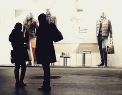 Incognito (C_MC_FL) Tags: vienna wien street people mannequin silhouette night canon shopping photography eos austria sterreich fotografie leute nacht schaufenster shopwindow dummy tamron schaufensterpuppe puppe personen einkaufen umris 2470 kontur strase a007 60d