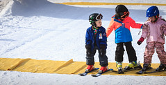 Helping friends. (Robert Mehlan - Munich) Tags: boy ski girl children child kinder kind learning f80 drei skischule lernen natruallight canon5dmkii robertmehlan ef70200mmusmisii