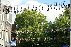 Nike (in the) Air (Ineke Klaassen) Tags: shoes walking wandelevenement wandelen walkoftheworld thewalkoftheworld vierdaagse nijmeegsevierdaagse nijmegen schoenen 4daagse 4daagsefeesten vierdaagsefeesten wandelschoenen schuhe sabata chaussure zapato shoe decorations