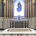 La capilla del Palacio de Linares es de inspiración neobizantina, decorada con mármoles y mosaico que sigue modelos cosmatescos. La mesa altar de la capilla está hecha en mármol blanco, apoyada en cuatro finas columnas de fuste decorado con madera cosmatesca y capiteles vegetales. Sobre ella se alza un sagrario también en mármol blanco. El fondo del conjunto está decorado con teselas de colores que forman un mosaico con motivos vegetales. Encima del altar, se muestra la imagen de una virgen, que se eleva en el aire entre una nebulosa,