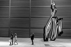 _DSF3056 (Antonio Balsera) Tags: bw bn reinasofa escultura gente walking madrid comunidaddemadrid espaa es