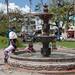 Crianças se divertem no chafariz