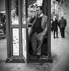 Stylish Madrileo (horseman7869) Tags: bw white black monochrome blind cigarette style olympus monotone bn suit nostalgia once hitchcock oversized holder omd cigaretteholder ciego em10 mzuiko 17mm18 juegosonce