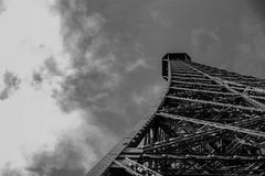 300 mètres II (Inventio Estudios) Tags: francia france parís torreeiffel eiffeltower toureiffel canon eosm eos m canoneosm efm 22mm blancoynegro bw blackandwhite europa europe westerneurope oesteeuropeo