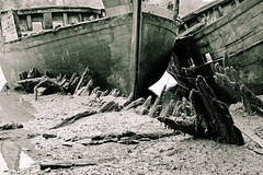 (Marc Le Port) Tags: blackandwhite mer boat blackwhite noiretblanc pentax sigma bretagne rivire nb bateau morbihan wrecks noireetblanc paves golfedumorbihan lebono marcleport