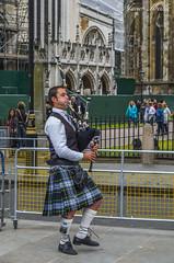 Soplando y con faldas... (Javier Arcilla) Tags: london westminster abbey westminsterabbey calle pentax gaitero personas musica londres 1855mm turismo gaita k50 faldas pentax1855mm pentaxk50