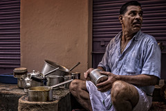 VARANS : VOULEZ-VOUS UN CHAI (pierre.arnoldi) Tags: inde india varanasi uttarpradesh benares chai portraitdhomme photoderue photocouleur photooriginale