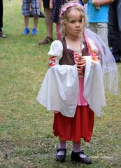 02-IMG_3161 (hemingwayfoto) Tags: abensberg brgerfest bayern blond dirndl kleidung krone landkreiskelheim mittelalter niederbayern spiel