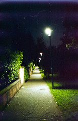 Era una notte buia e tempest... AH NO! Era una notte di fine agosto (Minchioletta) Tags: canonae1 canonfd50mm canonfd50mmf18 agfavista400 analogicait lomographyandvintagecameras c41 viottolo pathway lampioni streetlamps notte night cielo sky 800iso