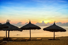 Sunrise at Nha Trang beach / Bnh minh trn bin Nha Trang (break_away) (V_Quang) Tags: nhatrang vietnam sunrise sand outdoors bnhminh nng my ct bibin beach chi