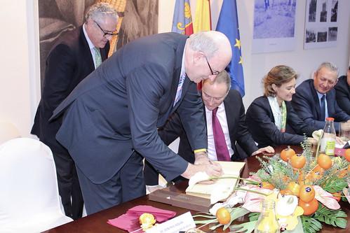 El Comisario Europeo, firmando el Libro de Honor de la cooperativa