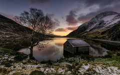 Llyn Ogwen Dawn (Captain Nikon) Tags: winter lake snow ice sunrise reflections frost peaks snowdonia boathouse moods lonetree tryfan northwales llynogwen sigma1020mmf4 nikond7000