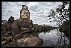 Un asura en el camino (meggiecaminos) Tags: sky water clouds landscape agua cambodia paisaje cielo nubes demon siemreap hinduism acqua estatua statua demonio angkortemples camboya asura hinduismo nubole churningoftheoceanofmilk samudramanthan batidodeoceanodeleche