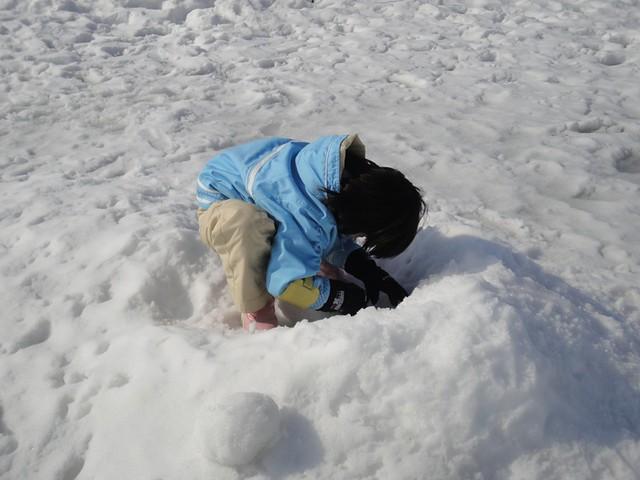 滑り台の隣には雪遊び出来るスペースがあるのですが、この日の。|