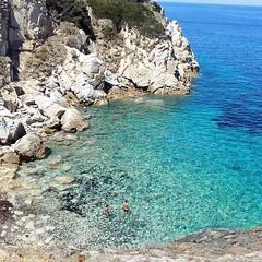 Le coste dell'#elba sono ricche di calette raggiugibili via mare o da stretti sentieri, qui siamo a #marcianamarina nello scatto di @muffinso. Continuate a taggare le vostre foto con #isoladelbaapp il tag delle vostre vacanze all'#isoladelba. http://ift.t (isoladelbaapp) Tags: isoladelba elba visitelba portoferraio porto azzurro capoliveri marciana marina di campo rio