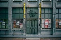 10 Uur (toletoletole (www.levold.de/photosphere)) Tags: fuji fujixpro2 xpro2 xf18135mm zieriksee netherlands niederlande zeeland street architektur architecture building windows fenster door portal tr